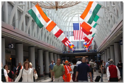 Acharya Swamishree and sants arrive at Chicago Airport