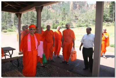 Acharya Swamishree and sants at Spring Valley reception centre