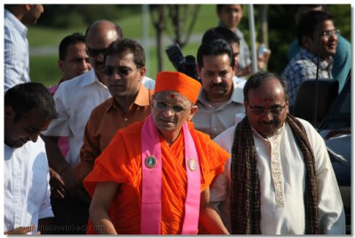 Acharya Swamishree arrives at the entrance of the neighborhood