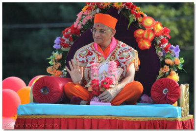Divine darshan of Acharya Swamishree seated on a palanquin