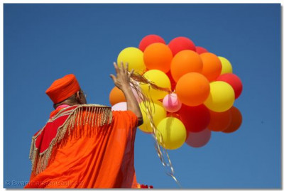 Acharya Swamishree releases a bundle of balloons into the air