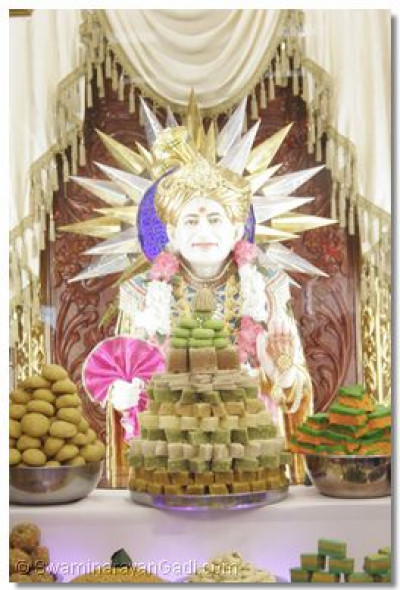 Divine darshan of Jeevanpran Shree Abji Bapashree with annkut offerings