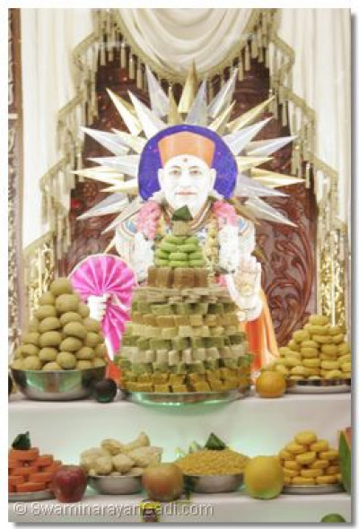 Divine darshan of Shree Muktjaveen Swamibapa with annkut offerings