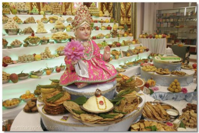 Divine darshan of Lord Shree Swaminarayan with annkut offerings