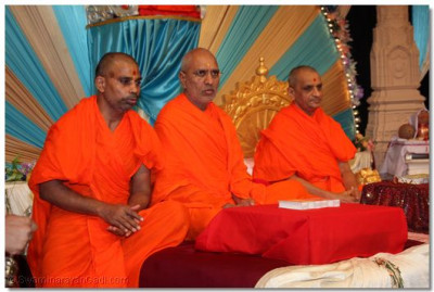 Acharya Swamishree presides over the recital of Shree Swaminarayan Gadi
