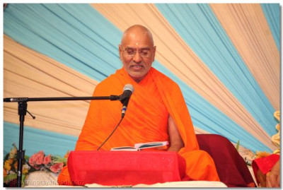 Sadguru Shastri Shree Jitendrapriyadasji Swami recites the Shree Swaminarayan Gadi scripture