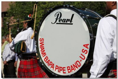 Swamibapa Pipe Band leads the swagat parade
