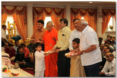 Acharya Swamishree and disciples perform aarti to the Lord