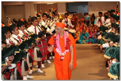 Acharya Swamishree gives His darshan to the members of the pipe band