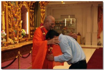 A disciple welcomes Sadguru Shree Jitendrapriyadasji Swami with a phool-haar