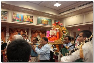 Sants and disciples carry Shree Muktajeevan Swamibapa into the temple hall
