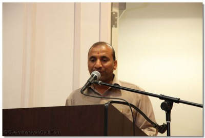 A disciple gives a speech about his experiences on the United States vicharan with the mandal of sants