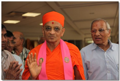 Divine darshan of Acharya Swamishree as He walks outside of the temple