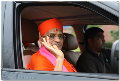 Divine darshan of Acharya Swamishree as He leaves the temple grounds