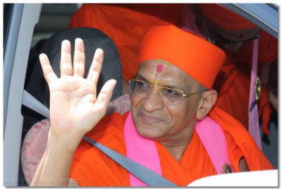 Acharya Swamishree gives His divine darshan as He departs for the temple