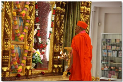 Acharya Swamishree performs the first aarti at Shree Swaminarayan Temple New Jersey