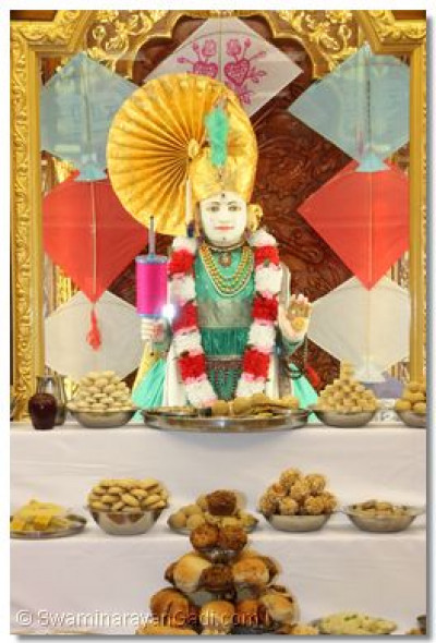 Lord Swaminarayan showers blessings upon the congregation on Utraayan