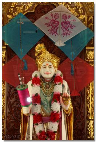 Abji Bapashree showers blessings upon the congregation on Utraayan