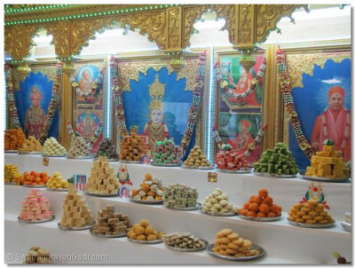 Various sweets were presented to Lord Shree Swaminarayan, Jeevanpran Shree Abji Bapashree, and Shree Muktajeevan Swamibapa