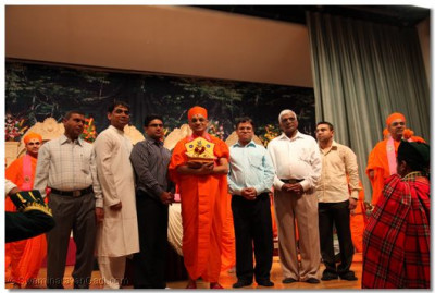 Acharya Swamishree with the event sponsors