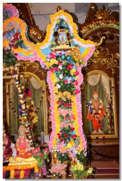 The combination of flowers and lights on the hindola amazed many disciples