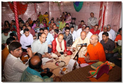 Disciples perform maha pooja led by Sant Shiromani Shree  Prashantswarupdasji Swami