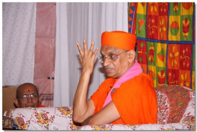 His Divine Holiness Acharya Swamishree showers His divine ashirwad