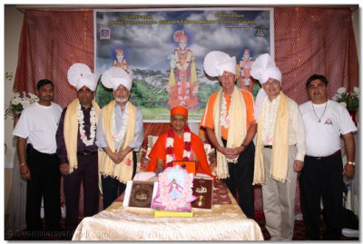 Acharya Swamishree with the invited dignitaries of the community