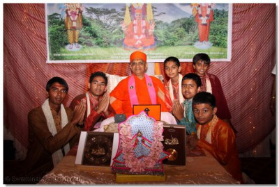 Acharya Swamishree gives darshan to the young disciples who participated in the performance