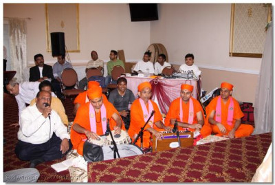 Sants and disciples perform kirtan bhakti to please Lord Swaminaryanbapa Swamibapa