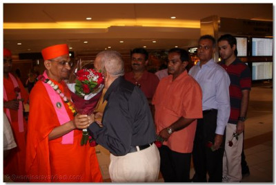 Acharya Swamishree and sants are greeted by disciples at Phoenix International Airport