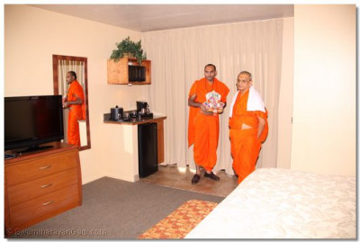 Divine darshan of Acharya Swamishree in a disciple's hotel