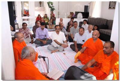 Sants and disciples listen to katha recited by Sadguru Shree Jitendrapriyadasji Swami