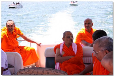 Divine darshan of Acharya Swamishree on a boat