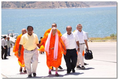 Acharya Swamishree, sants, and disciples arrive back at the port