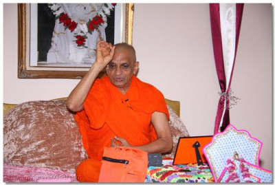 Acharya Swamishree showers His divine blessings
