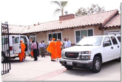 Acharya Swamishree prepares to depart from California