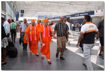 His Divine Holiness Acharya Swamishree, Sants and disciples arrive at Chicago O'Hare international airport departing to New Jersey