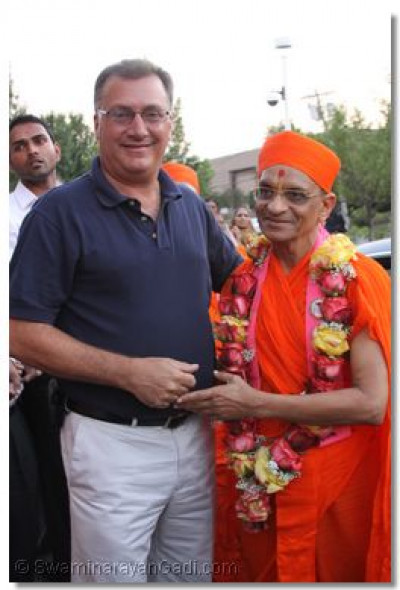 The Mayor of Secaucus - Michael Gonnelli presents a garland of fresh fragrant roses to His Divine Holiness Acharya Swamishree officially welcoming him to the State of New Jersey
