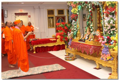His Divine Holiness performs Sandhya Arti to Lord Swaminarayanbapa Swamibapa at Shree Swaminarayan Temple New Jersey