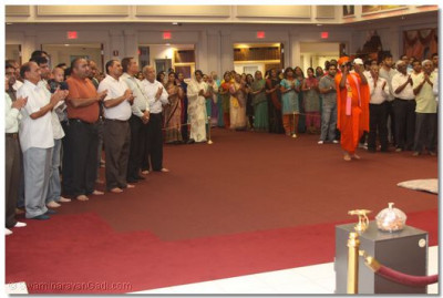 Sants and Disciples attend Sandhya Arti and daily neeyams during the evening congregation