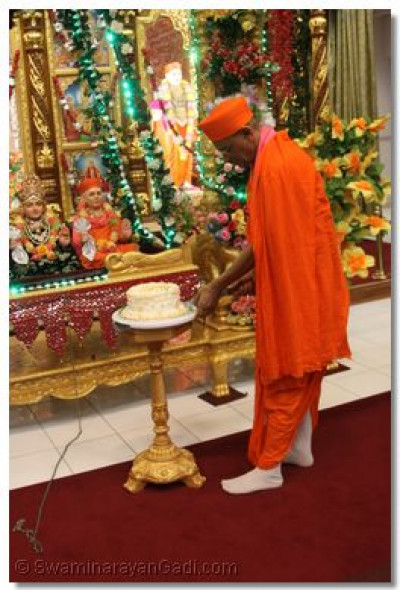His Divine Holiness Acharya Swamishree cuts the welcoming cake
