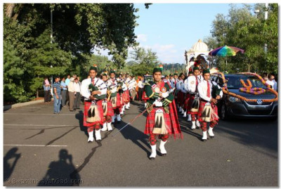 Swamibapa Pipe Band leads the welcoming procession through the temple grounds