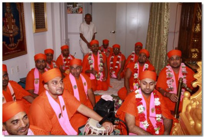 Sants listen attentively to the divine blessings of Acharya Swamishree