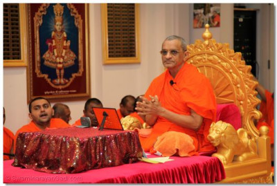 Acharya Swamishree gives His final ashirwad (divine blessings) in the United States