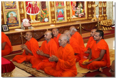 Sants listen closely to Acharya Swamishree's ashirwad (divine blessings)