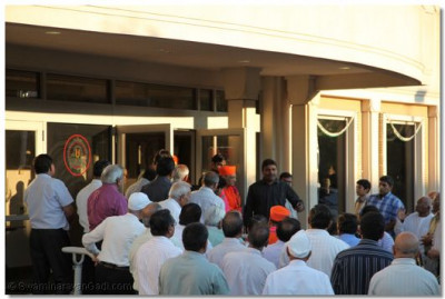 Disciples await the divine darshan of Acharya Swamishree