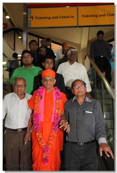 Disciples escort Acharya Swamishree to His departure gate