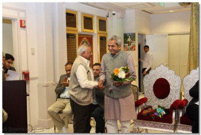 The temple Secretary welcomes Mr. Jayanti Barot with flowers
