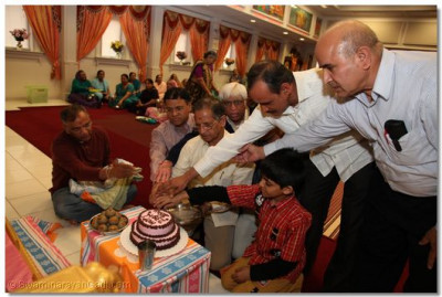Sponsors light and cut the birthday cake to celebrate the auspicious occasion